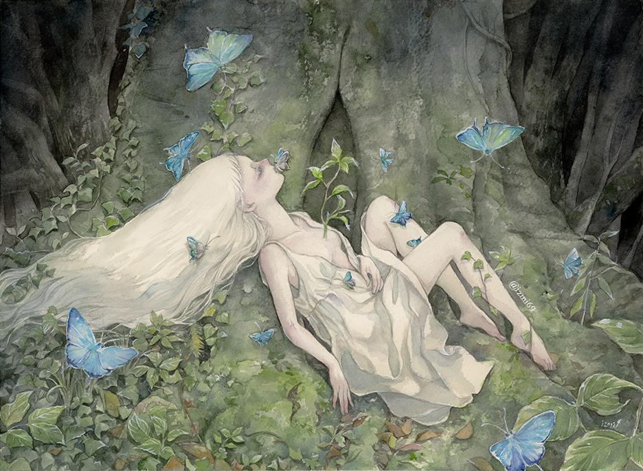 Фото Белокурая девушка с бабочкой на губах лежит на корнях дерева