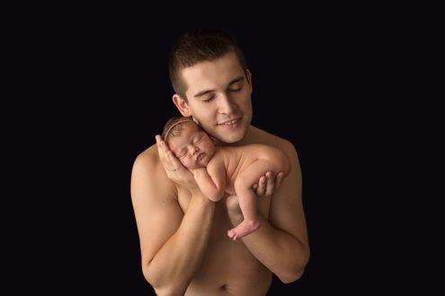 Конкурсная работа Отец с любовью держит грудную доченьку, мирно спящую у него на руках, фотограф Вдовиченко Ксения