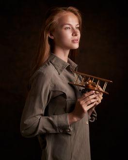 Фото Девушка с игрушечным самолетиком в руках. Фотограф Пыжик Максим