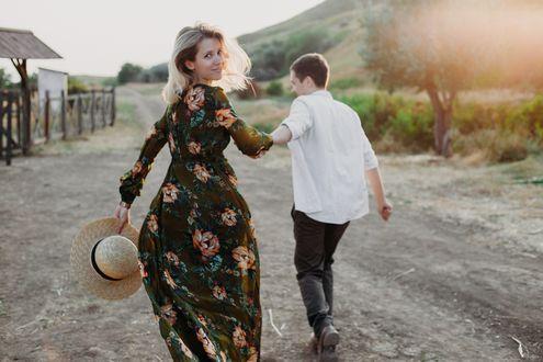Фото Парень держит девушку за руку, by Vika Fleisher