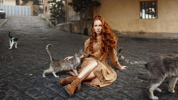 Фото Модель Оксана с кошкой сидит на дороге. Фотограф Георгий Чернядьев