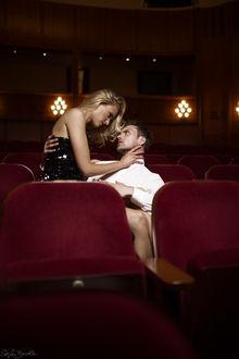 Фото Девушка сидит на руках парня в театре. Фотограф Stefan Beutler