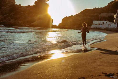 Фото Девушка прогуливается по побережью. Фотограф Леонид Мочульский
