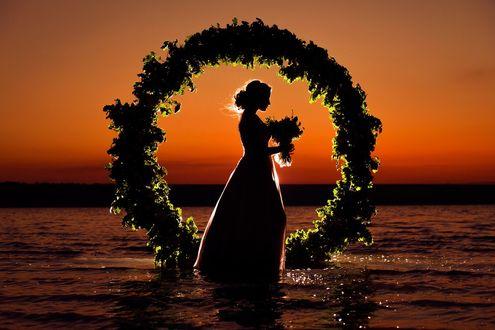 Фото Невеста с букетом цветов стоит в море на закате, фотограф Куйда Вячеслав