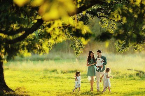 Фото Счастливая молодая семья на прогулке, фотограф Иван Заманухин