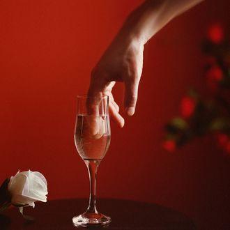 Фото Рука мужчины в бокале шампанского. Фотограф Ловченко Антон