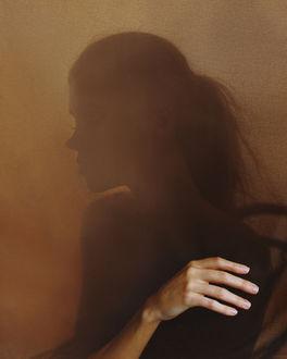 Фото Портрет девушки с рукой на переднем плане. Фотограф Ловченко Антон