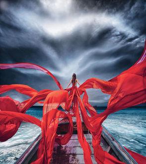 Фото Девушка в развевающемся платье стоит на краю лодки. Фотограф Кристина Макеева