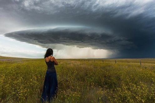 Фото Девушка стоит на фоне торнадо, штат Вайоминг. Фотограф Николаус Вегнер