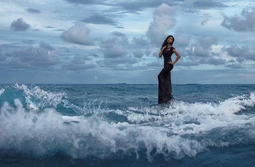 Фото Девушка в длинном черном платье стоит на воде. Фотограф Alexei Vladimir