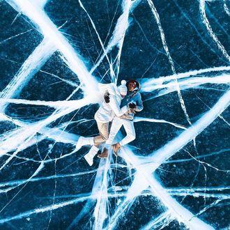 Фото Парень с девушкой лежат на льду. Фотограф Mikhail Kabochkin