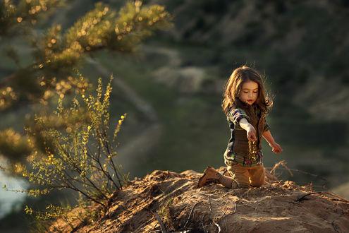 Фото Девочка играет на вершине холма, фотограф Мария Хан