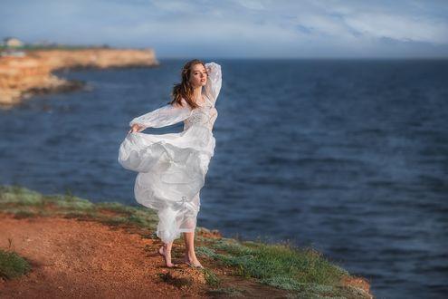 Фото Модель Анастасия в белом платье стоит на фоне моря. Фотограф Анастасия Бармина