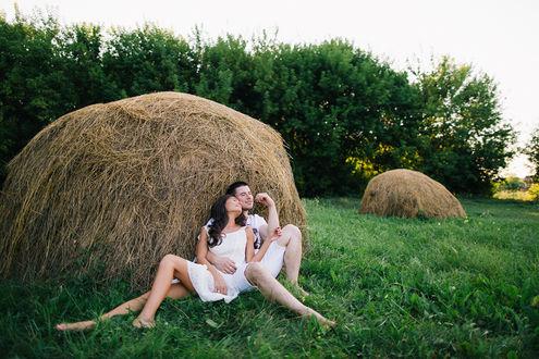 Фото Парень и девушка сидят у стога сена, фотограф ТатьянаТарасовская