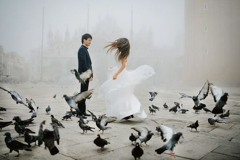 Фото Жених с невестой на площади с голубями, фотограф Marin Avrora