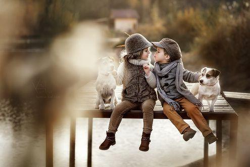 Фото Дети с собаками сидят на мостике. Фотохудожник Карина Киль