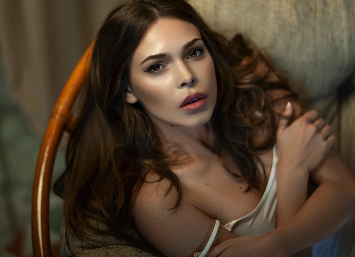 Фото Модель Верочка сидит на кресле. Фотограф Tatyana Forever
