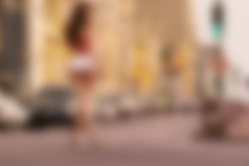 Фото Девушка в коротких шортах, босиком, стоит на дороге, фотограф David Ben haЇm