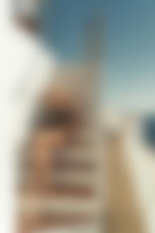 Фото Модель Екатерина Чернышева / Ekaterina Shiryaeva сидит на ступеньках. Фотограф Владимир Серков / Vladimir Serkoff