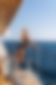 Фото Модель Екатерина Чернышева / Ekaterina Shiryaeva стоит на фоне моря. Фотограф Владимир Серков / Vladimir Serkoff