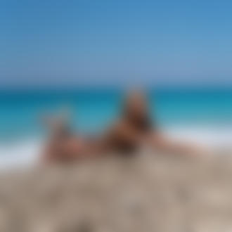 Фото Модель Екатерина Чернышева / Ekaterina Shiryaeva лежит на гальке у моря. Фотограф Владимир Серков / Vladimir Serkoff