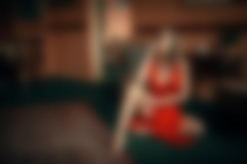 Фото Модель Michaela в красном платье сидит на полу, by Jiri Tulach