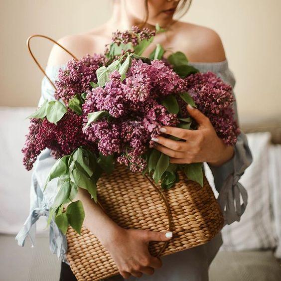 Фото Девушка держит сумку с сиренью в руках