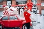 Фото Девушка стоит в красном свитере и новогоднем колпаке у авто с новогодними подарками, фотограф A. Medvedchikova
