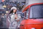 Фото Девушка стоит у авто со стаканом в руке, фотограф Наталья Виноградова