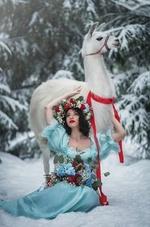 Фото Девушка сидит на снегу рядом с ламой, фотограф Наталья Виноградова