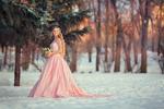 Фото Девушка в розовом длинном платье стоит на снегу с цветами в корзинке, by Anastasia Grosheva