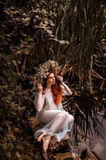 Фото Девушка с венком на голове сидит у воды. Фотограф Виталий Шевченко