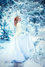 Фото Девушка в длинном платье стоит на снегу. Фотограф Лепешкина Юлия