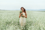 Фото Девушка с цветами в руках стоит на поле. Фотограф Лепешкина Юлия