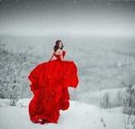 Фото Девушка в красном платье стоит на фоне зимней природы, ву Светлана Беляева