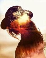 Фото Оригинальный портрет девушки в шляпе с уходящим парнем