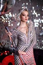 Фото Модель Екатерина Майбах в серебристом платье с микрофоном в руке, by Татьяна Антошина