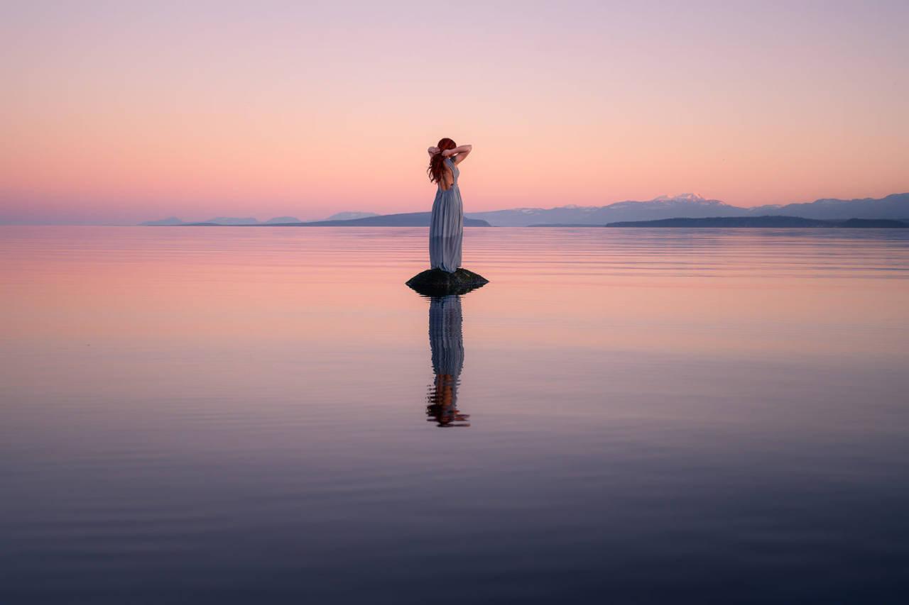 Фото Девушка стоит на камне в окружении воды, by Viktoria Haack