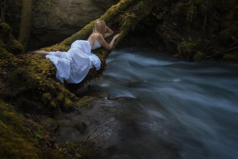 Фото Девушка лежит на дереве над водой, by Viktoria Haack