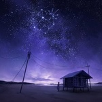 Фото Девочка стоит рядом с домом под ночным звездным небом