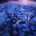 Фото Девочка стоит на льдине м смотрит на белого медведя