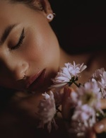 Фото Модель Aliya Yalaya с хризантемами. Фотограф Alisha Gaf