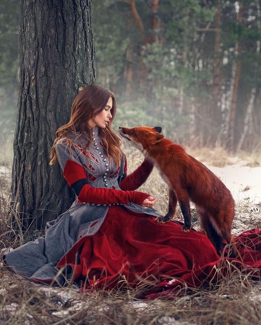 Фото Девушка сидит у дерева с лисой, фотограф Екатерина Ситникова