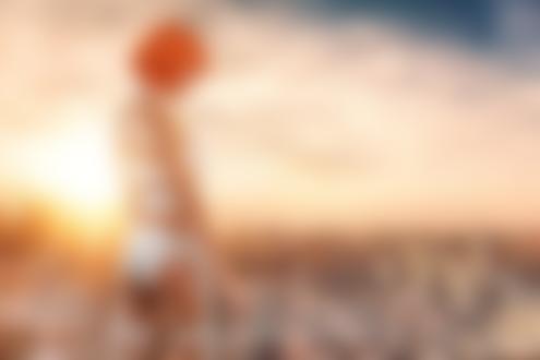 Фото Девушка Сара в образе Лилу / Lilu из фильма Пятый Элемент / The Fifth Element с пистолетом в руке стоит на фоне города, фотограф Bill Larkin