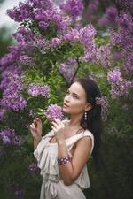 Фото Модель Ангелина Петрова стоит у куста сирени, by Denis Petrov