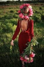 Фото Девушка в венке с пионами в руках идет по полю, фотограф Сергій Романов