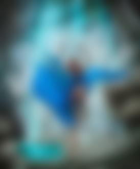 Фото Девушка в голубом развевающемся платье позирует на фоне скалы с голубой водой, фотограф Светлана Беляева