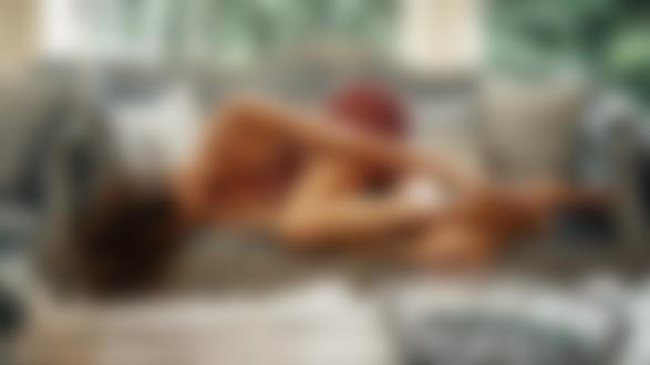 Фото Модель Наталья Емельяненко позирует на диване. Фотограф Георгий Чернядьев