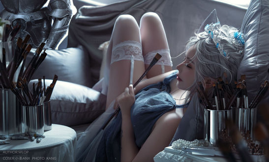 Девушка с кисточкой в руке лежит на диване, Ghost Blade Coser / Призрачный клинок, по работе Wlop