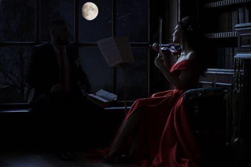 Конкурсная работа Невеста играет на скрипке жениху, сидя в комнате, работа-Ночная симфония, фотограф Батусов Александр
